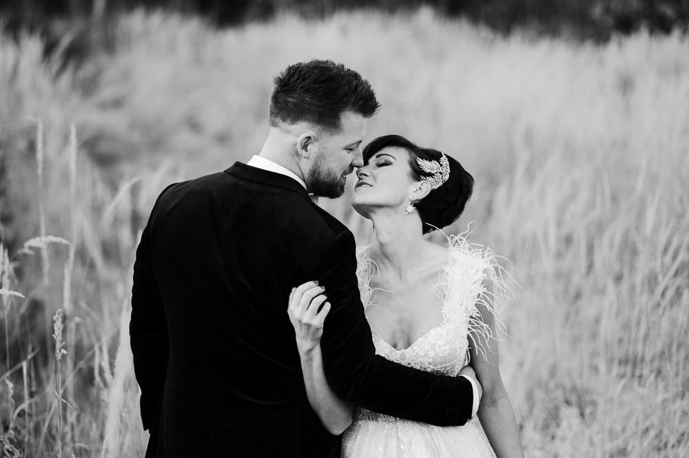 Zimní nevěsta s ženichem při polibku.