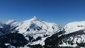 Schnee plus blauer Himmel