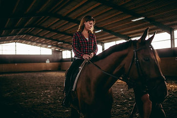 mature-woman-is-riding-on-horse_t20_JYvN