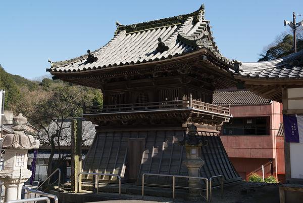 岩屋寺の鐘楼は総欅造り。長方形の珍しい袴鐘楼です。扇垂木等、現在では非常に困難な建築方法が採用されています。