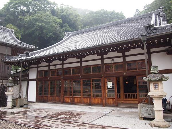 岩屋寺の檀家様の位牌堂として、また各催事の会場として多くの方がお越しになられます。  オリジナル御朱印帳つくり、うでわ念珠つくり、阿字観、写経等が行われます。