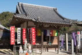 知多の岩屋寺に親鸞聖人が全国布教の途中に立ち寄られました。親鸞聖人は参詣の際、岩屋寺に阿弥陀如来の一尊を書き納められました。岩屋寺の阿弥陀堂にはその一尊が祀られています。