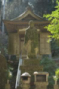 尾張高野山宗、第一世である豪鉄大僧正は岩屋寺に転住以前より多くの寺院を再興し、信徒を千人以上集めるカリスマ的な人気がありました。昭和26年4月に尾張高野山宗として独立開宗しました。