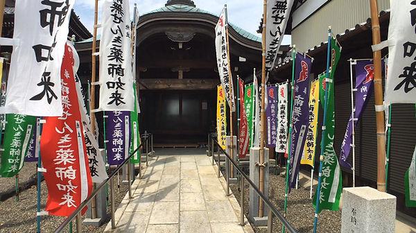 寺務所入口より本堂へ