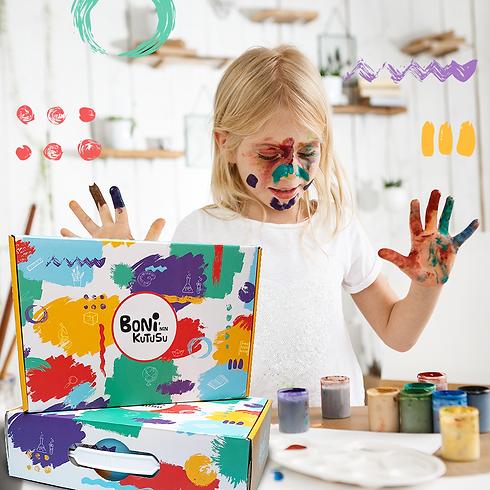 Aktivite yapan çocuk ve aktivite kutusu boni'nin kutusu