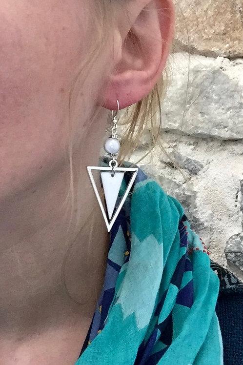 Boucles d'oreilles triangles blanches et argentées artisanales graphique