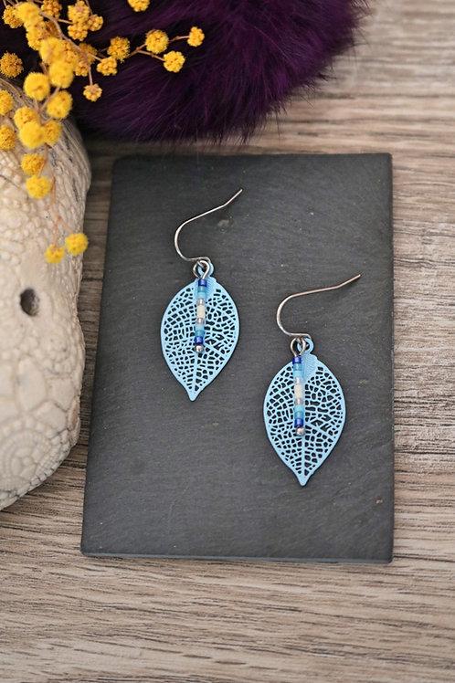 Petites boucles d'oreilles feuilles filigranes bleues ciel artisanales légères