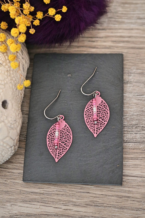 Petites boucles d'oreilles feuilles filigranes roses artisanales légères