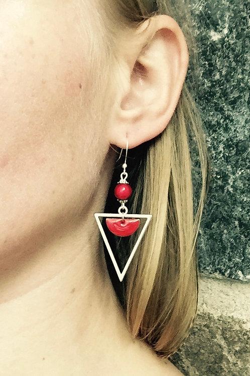 Boucles d'oreilles triangles rouges et argentées artisanales graphiques