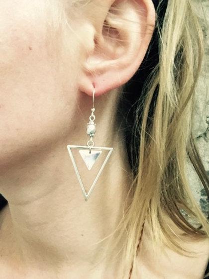 Boucles d'oreilles triangles argentés artisanales graphiques