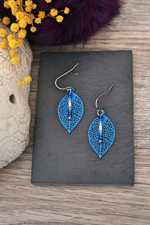 Petites boucles d'oreilles feuilles filigranes bleu artisanales légères