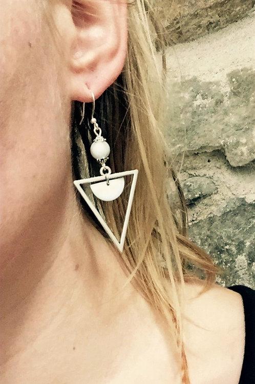 Boucles d'oreilles triangles blancs et argentées artisanales graphiques