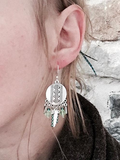 Boucles pendantes argentées et vert gypsy plume fait main crochet acier inox