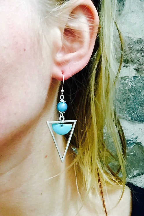 Boucles d'oreilles triangles bleu ciel et argentées artisanales graphiques