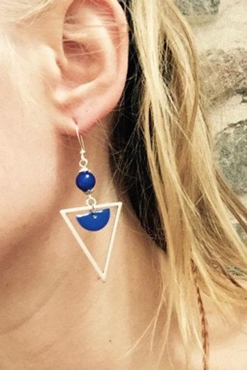 Boucles d'oreilles triangles bleues et argentées artisanales graphiques