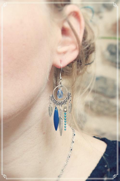 Boucles d'oreilles Zyla bleu et argentées pendantes fait main plumes