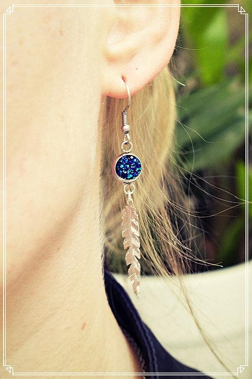 Boucles plumes bleues pendantes pailletées fait main attache acier inox