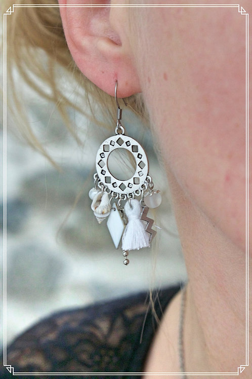 Boucles d'oreilles Anyla blanches et argentées pendantes fait main unique