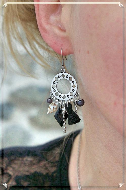 Boucles d'oreilles Anyla noires et argentées pendantes fait main unique