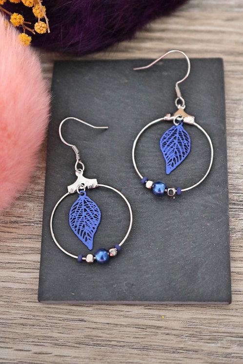 Boucles d'oreilles créoles feuilles filigranes bleues foncées attache acier inox