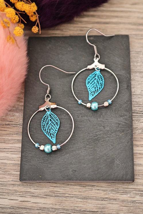 Boucles d'oreilles créoles feuilles filigranes bleues attaches acier inox