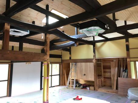 田舎カフェスタイルのクーラーが天井に