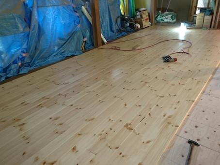 床板が張られ始めました