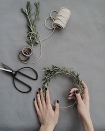 person-making-hair-vine-1030868.jpg