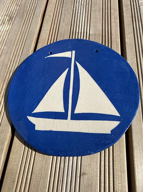 Platte med sejlskib