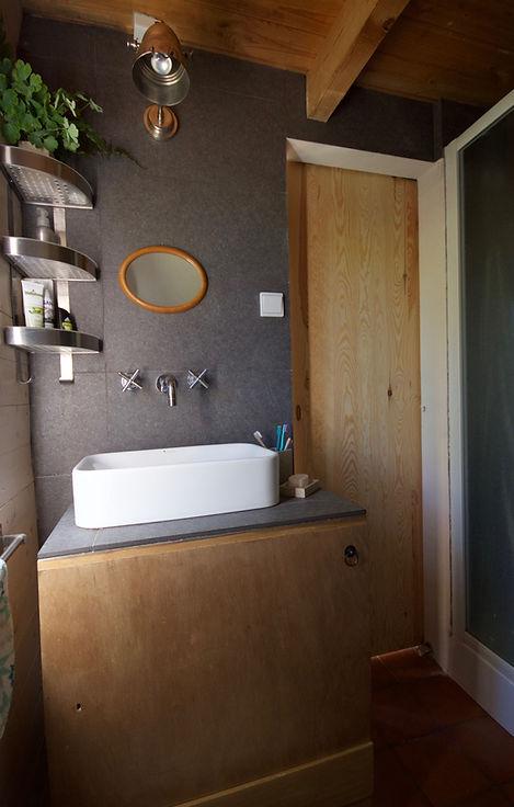 návrhy interiéru RabunaDesign dřevěná chata koupelna cihlová dlažba venkovský venkov scandi rustikální