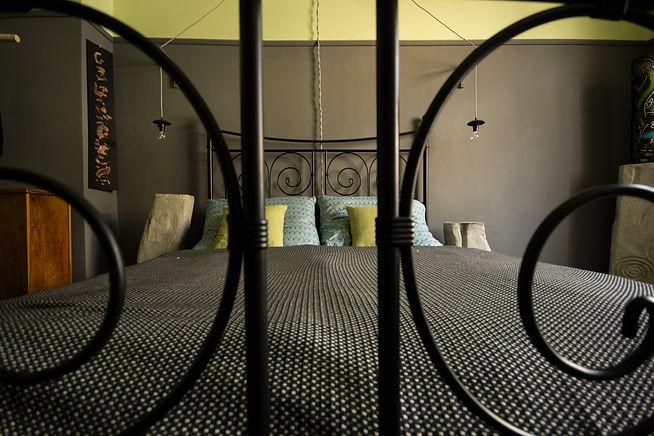 návrhy interiéru ložnice tmavá kovová postel