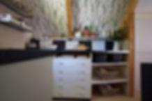 návrhy interiéru RabunaDesign kuchyně černobílá dřevěná chata scandi venkov