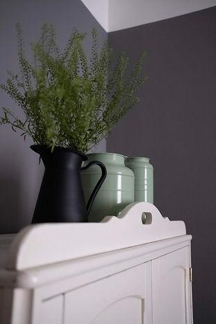 návrhy interiérů bydlení byt rabunadesign design dekorace skříň kytka