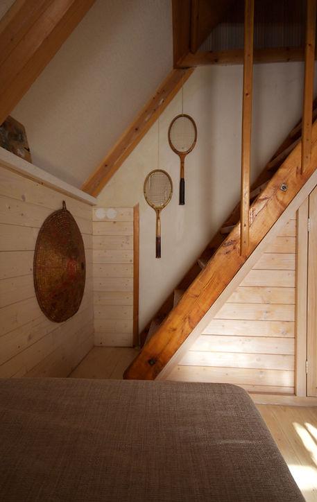 návrhy interiéru RabunaDesign dřevěná chata vintage staré tenisové rakety schody dekorace