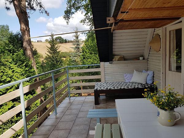 návrhy interiéru balkón lavice stůl válenda postel pohovka hygge kytka venkovní exteriér veranda