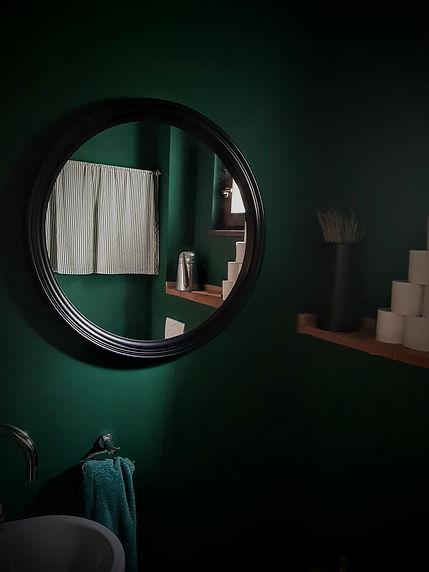 zelená toaleta návrhy interiéru kulaté zrcadlo