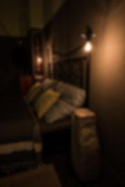 návrhy interiéru ložnice v noci lampičky kovová postel dekadentní tmavé šedá zelená