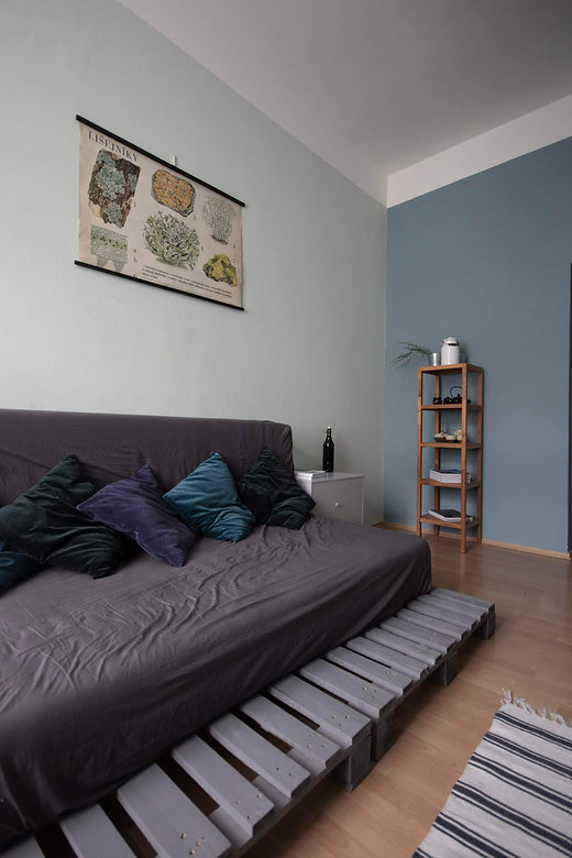 navrhy interiéru rabunadesign dsign obývací pokoj plakát vintage dekorace paletová postel pohovka
