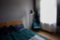 ložnice návrhy interiéru design byt postel křeslo