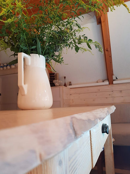 návrhy interiéru dřevěná chata venkov džbán kytka scandi zlatobýl
