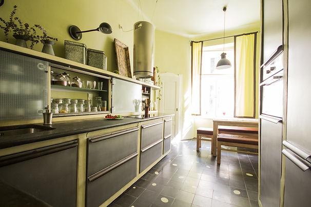 RabunaDesign industriální kuchyně zelená šedá cementová dlažba tadelakt marocký štuk