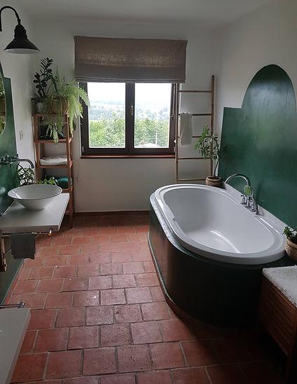 návrhy interiéru koupela zelená bílá vana umyvadlo cihlová dlažba stěrka pokojové rostliny venkovský rustikální toskánský styl