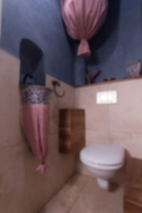 RabunaDesign toaleta modrý marocký štuk tadelakt nýbytek z teaku malované umyvadlo