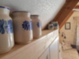 návrhy interiéru lidová keramika modrobílá dřevěná chata dekorace