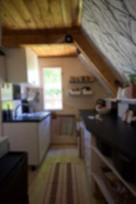 návrhy interiéru RabunaDesign dřevěná chata černobílá kuchyně venkov scandi