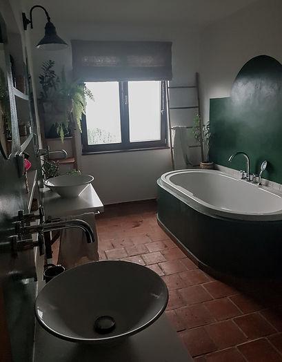 návrhy interiéru koupelna zelená bílá cihlová dlažba vana umyvadlo venkovský rustikální toskánský styl stěrka