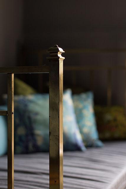 návrhy interiéru mosazná postel polštářky