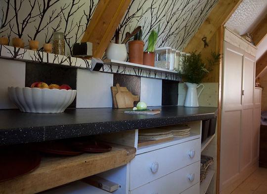 návrhy interiéru RabunaDesign dřevěná chata černobílá kuchyně venkov rustikální scandi