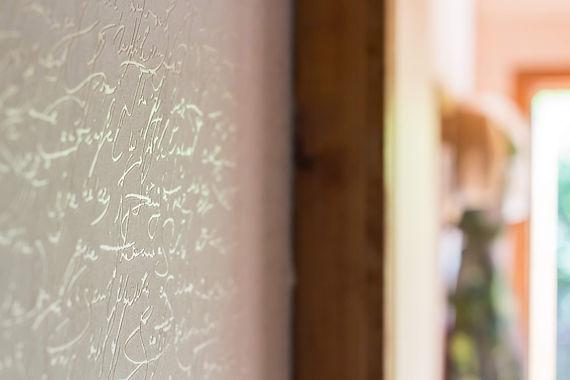 návrhy interiéru bílá tapeta písmo
