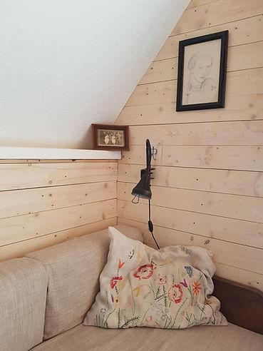 návrhy interiéru dřevěná chata vyšívaný polštář scandi vintage dekorace